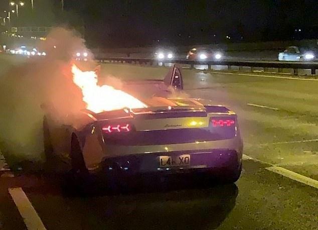 Lamborghini Gallardo mạ vàng bốc cháy ngay khi rời đại lý