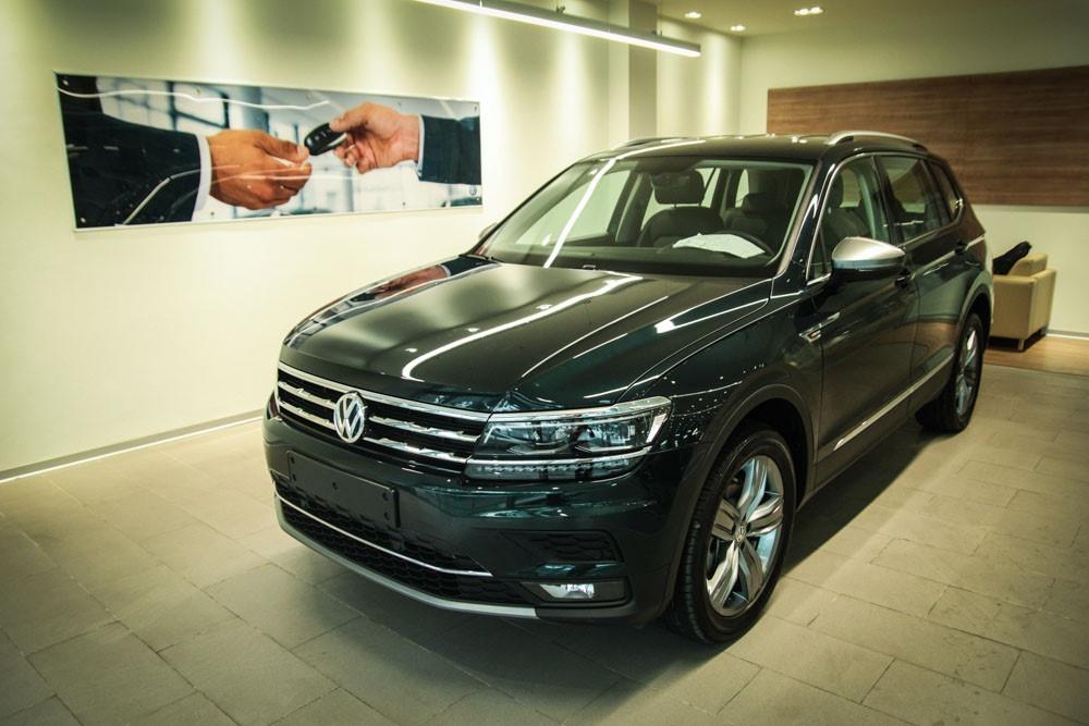 Thủ thành Đặng Văn Lâm mua xe Đức tặng bố mẹ ở Nga