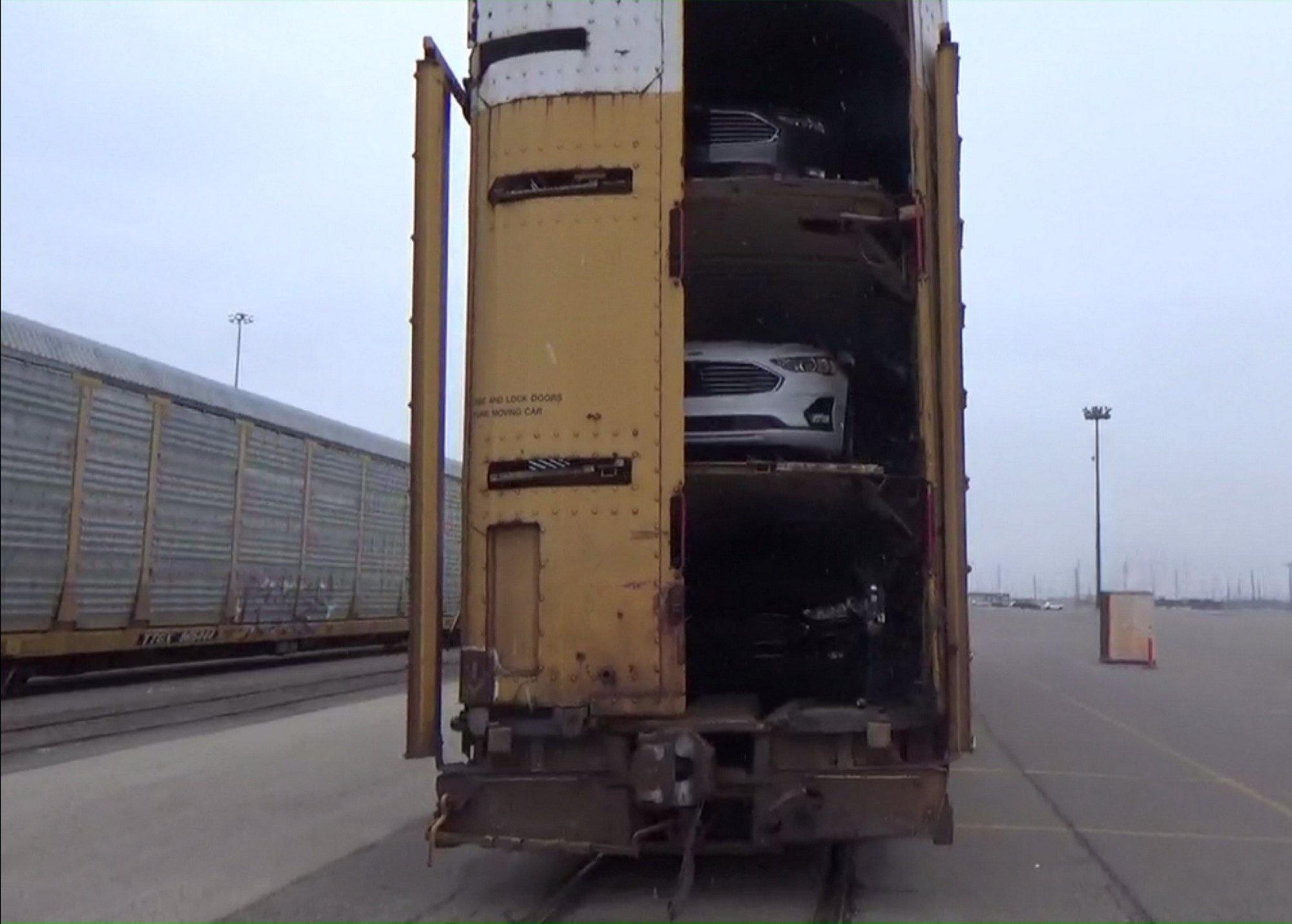 Phát hiện 180 kg ma túy đá giấu trong lốp xe dự phòng
