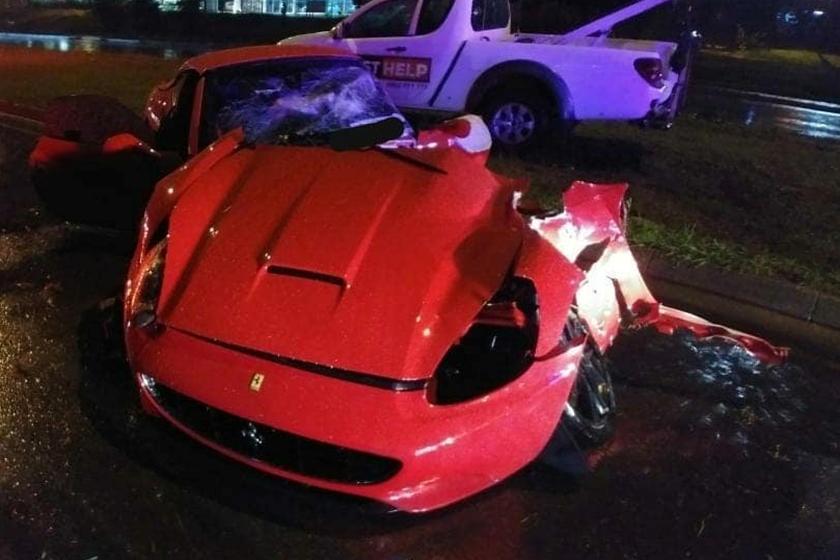 Ferrari California gãy đôi sau tai nạn kinh hoàng
