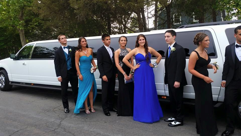 Sợ tiệc tùng quá đà, nhà trường Mỹ cấm học sinh thuê xe sang