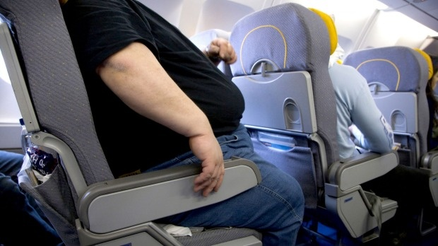 Đi máy bay, đòi người béo ngồi gần 150 USD vì lấn ghế
