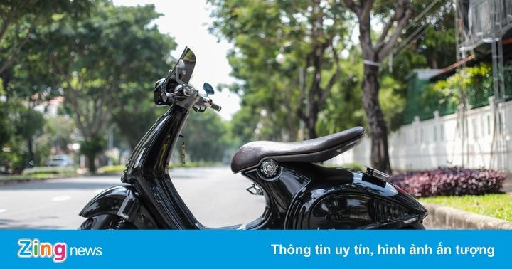 Vespa 946 màu đen, lên nhiều phụ kiện ở Sài Gòn