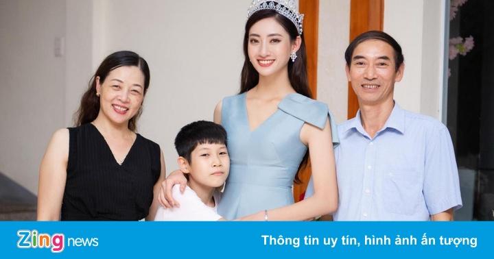 Hoa hậu Lương Thùy Linh rạng rỡ bên bố mẹ và em trai tại quê nhà