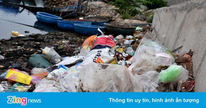 Dân chặn lối vào khu xử lý chất thải Sa Huỳnh, rác ngập khu dân cư