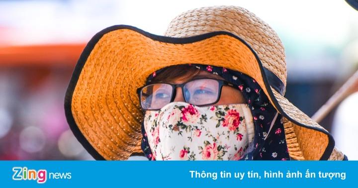 Nắng nóng gay gắt, du khách ở Lý Sơn phải bịt mặt, trùm kín người
