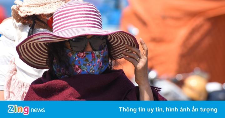Du khách bịt kín mặt, chùm khăn tránh nắng nóng 36 độ ở Lý Sơn