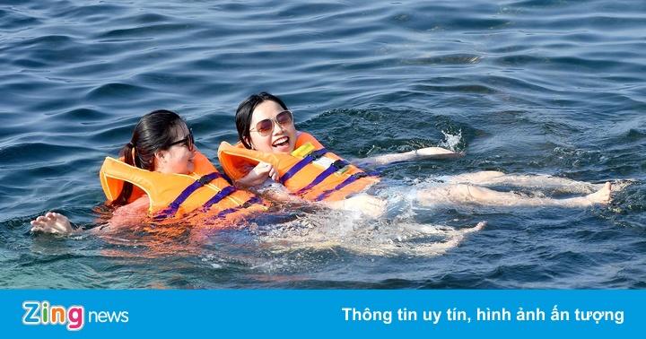 Du khách 'đội nắng' xếp hàng mua vé ca nô tham quan đảo Bé Lý Sơn