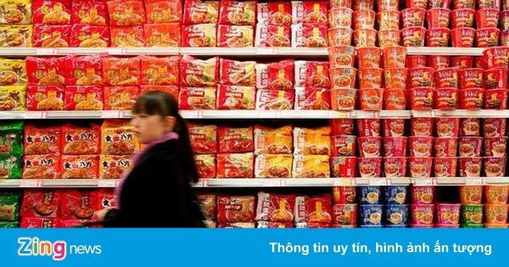 Kinh tế bất ổn, người Trung Quốc đổ xô đi mua mì ăn liền