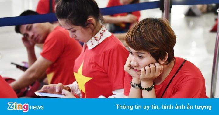 CĐV Việt Nam mệt mỏi chờ chuyến bay về nước sau trận bán kết ASIAD