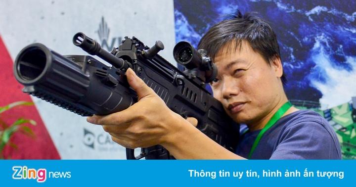 Khách tham quan được cầm súng và ngắm tại triển lãm