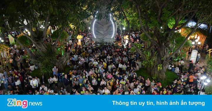 Hàng nghìn người Sài Gòn thả hoa đăng đêm Vu Lan báo hiếu