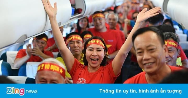 CĐV hát quốc ca trên máy bay khi lên đường cổ vũ U22 Việt Nam