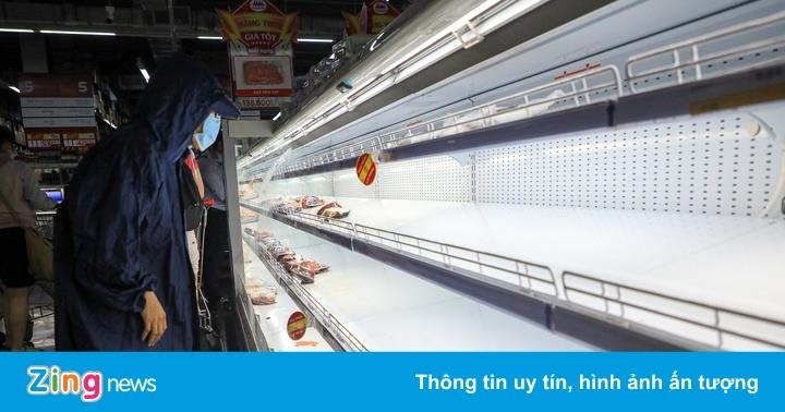 Nhiều siêu thị ở TP.HCM lại hết sạch rau củ, thịt cá