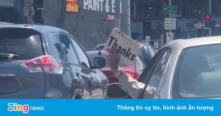 Tài xế ôtô 'lịch sự' thò tay ra cửa sổ, giơ giấy xin nhập làn