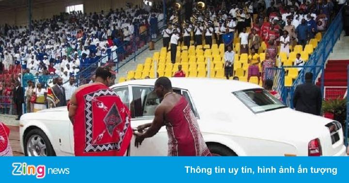 Vua châu Phi mua cùng lúc 19 xe siêu sang Rolls-Royce tặng vợ con