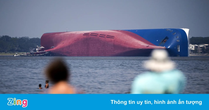Xẻ vụn con tàu vận chuyển 4.200 ôtô bị lật