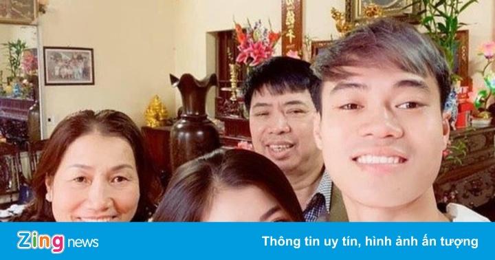 Quang Hải chăm sóc cho mẹ, Văn Toàn dành trọn mùng 1 Tết bên gia đình