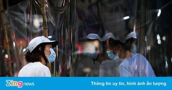 Tiểu thương Hà Nội lắp vách ngăn quanh chợ phòng dịch Covid-19