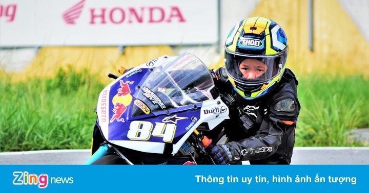 Hai tay đua môtô nhí Việt Nam chuẩn bị thi đấu tại Thái Lan