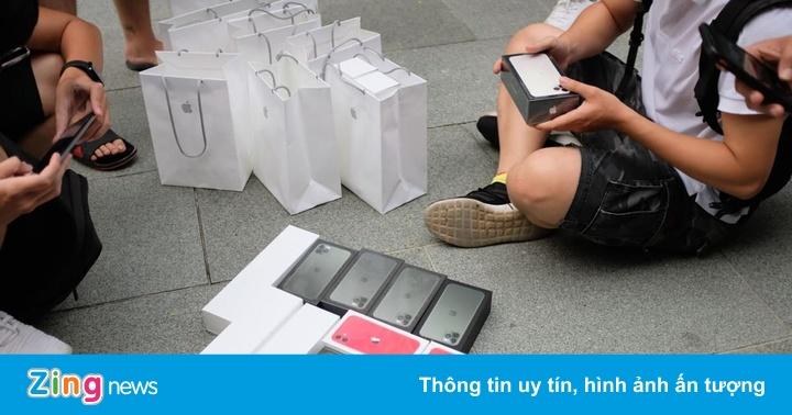 Cảnh mua bán iPhone 11 trước cửa Apple Store
