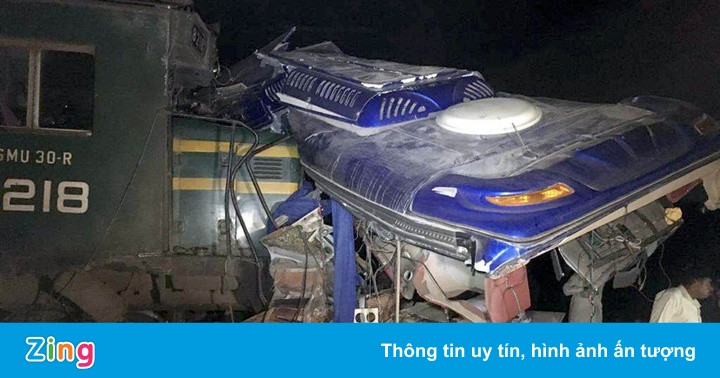 Tàu hỏa đâm đứt đôi xe buýt, 18 người chết