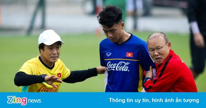 HLV Park Hang-seo chỉ bảo kỹ càng các tân binh tuyển Việt Nam