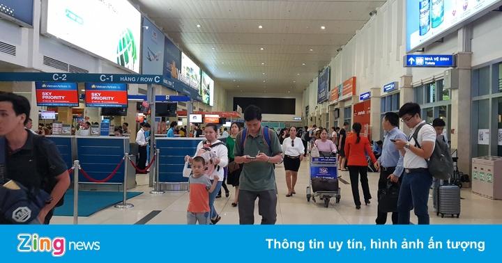 Một hành khách nghi ngáo đá trong nhà vệ sinh sân bay Tân Sơn Nhất