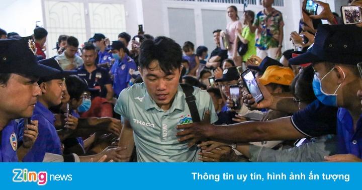 Xuân Trường, Tuấn Anh vất vả thoát khỏi vòng vây người hâm mộ