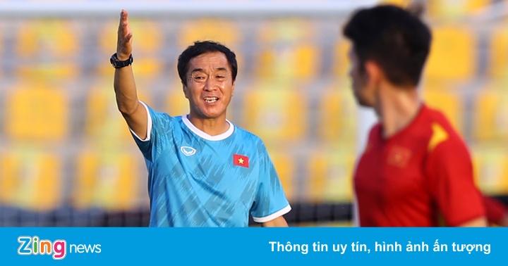 Trợ lý Lee Young-jin căng thẳng trước ngày thay HLV Park