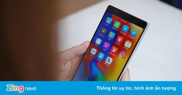 Forbes: 'VN đã tự sản xuất smartphone, tại sao họ chưa bán được?'