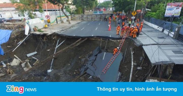 Hố tử thần rộng 30 m xuất hiện giữa đường phố Indonesia