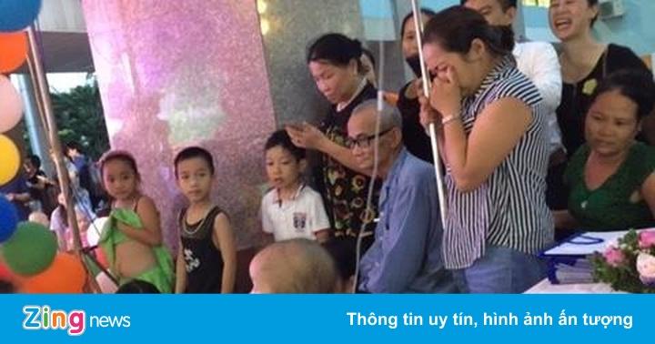Mẹ khóc nghẹn nhìn con gái đón Trung thu trong Bệnh viện K