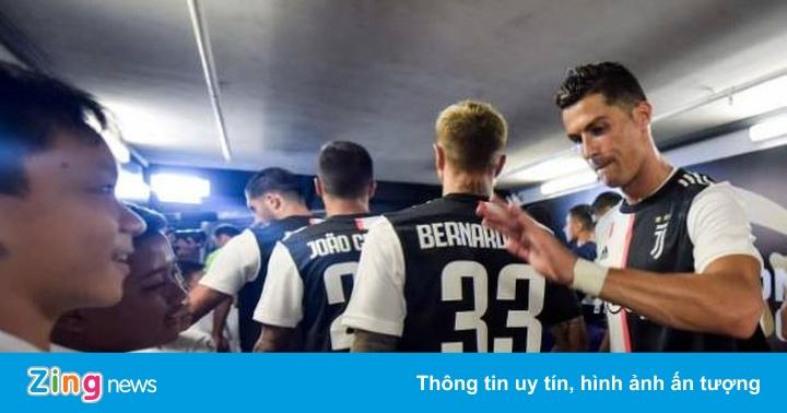 Ronaldo có cử chỉ đẹp với fan nhí ở trận gặp Tottenham