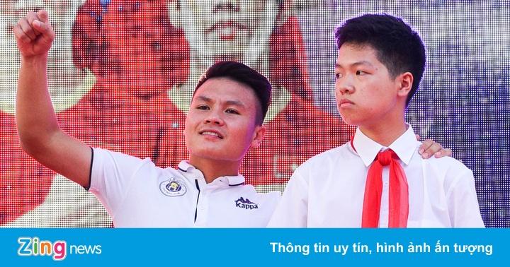 Quang Hải giúp fan nhí giành vé đi Malaysia xem vòng loại World Cup