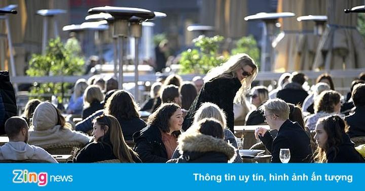 Người dân Thụy Điển tụ tập ở quán bar, nhà hàng bất chấp đại dịch