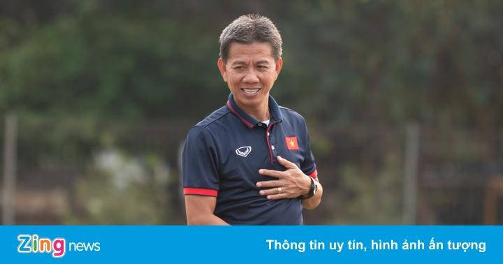 HLV Hoàng Anh Tuấn đi chợ mua gà về nấu cháo cho U19 Việt Nam