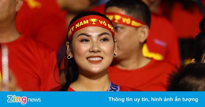 Bạn gái Văn Hậu cùng dàn nữ CĐV xinh đẹp đến sân cổ vũ U22 Việt Nam