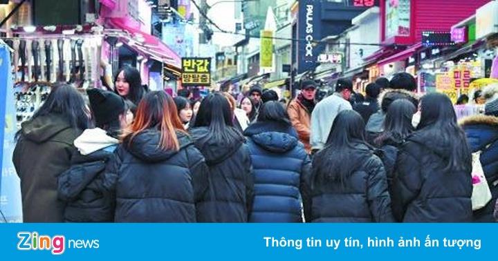 Giới trẻ Hàn đua nhau mặc áo phao dài: Thích đẹp hay sợ bị cô lập?