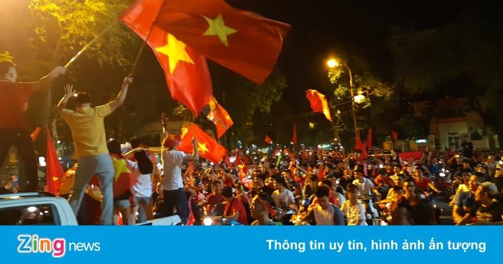 Người hâm mộ diễu hành sau trận đấu cuối của Olympic Việt Nam