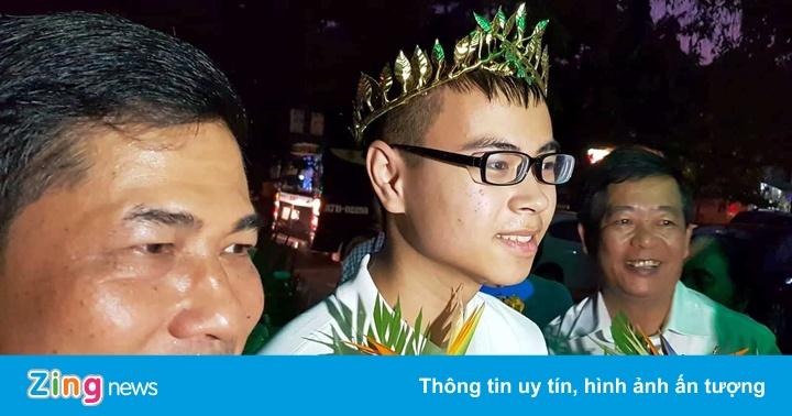 Người dân Nghệ An đón tân quán quân Olympia Trần Thế Trung trở về