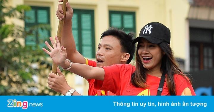 Nữ phóng viên Thái diễu hành cùng cổ động viên Việt Nam
