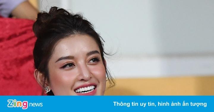 Á hậu Huyền My và bạn gái Quang Hải cổ vũ CLB Hà Nội