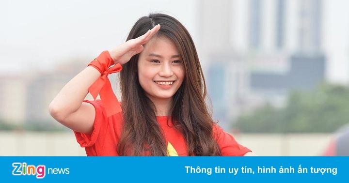 Nữ CĐV tiếp lửa trận Việt Nam gặp UAE
