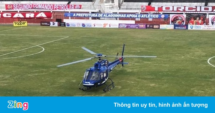 Cầu thủ rời sân để trực thăng hạ cánh