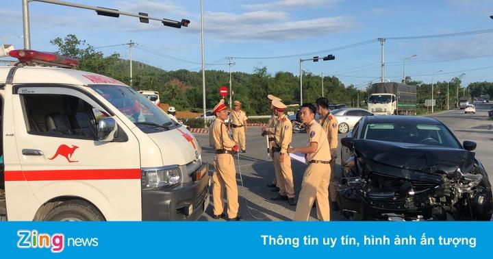 Mazda 6 tông xe cấp cứu vượt đèn đỏ, y tá văng xuống đường