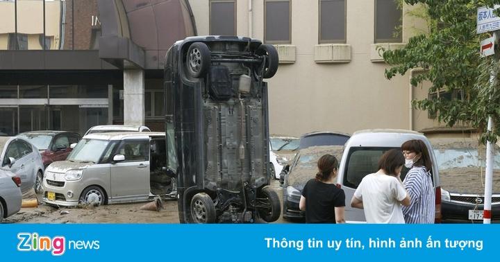 Lũ bùn ''nuốt chửng'' nhà dân, cuốn ôtô dựng đứng ở Nhật