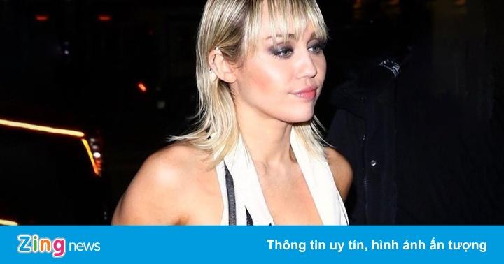 Miley Cyrus bị chỉ trích vì lộ vòng một trước ống kính