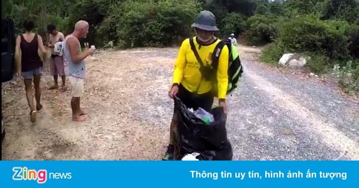 Khách Tây ngưng tham quan để dọn rác ở vườn quốc gia Núi Chúa