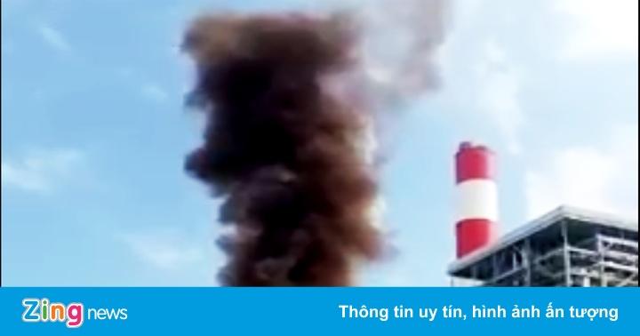 Cột khói nâu đen cao hàng chục mét xả ra từ Nhiệt điện Vĩnh Tân 1